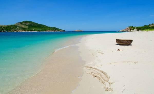 Bãi biển ở đây trong nhất cũng như rất nông nên các gia đình có trẻ nhỏ có thể thoải mái vui đùa (Ảnh ST)